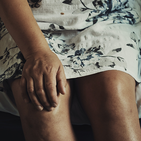 woman experiencing chronic knee pain